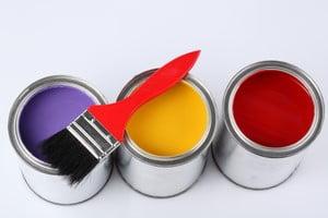 Банки с краской разных цветов