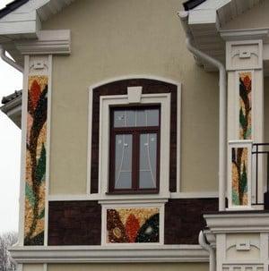Красивый фасад дома с разными элементами