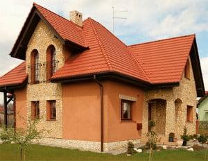 Природный камень в отделке фасада дома