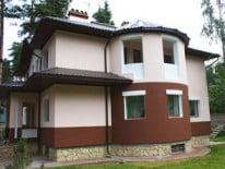 Красивый фасад, отделанный штукатуркой
