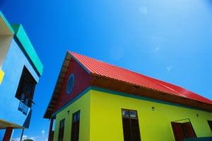 Желтый дом с красной крышей