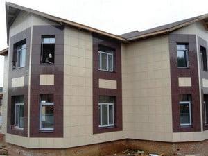 Двухэтажный дом, облицованный двухцветной плиткой