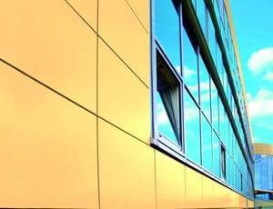 Фасад, облицованный желтой плиткой