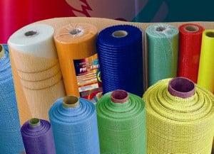 Разноцветные рулоны фасадной сетки