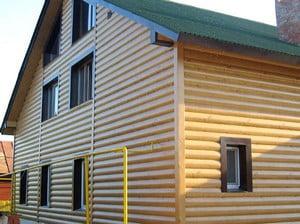 Частный дом, облицованный сайдингом под брус