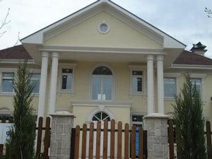 Фасад дома с элементами из пенополистерола
