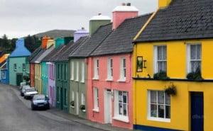 Улица с покрашенными домами разных цветов