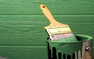 Зеленая банки краски и кисть