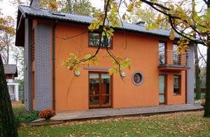 Дом, облицованный фасадной штукатуркой