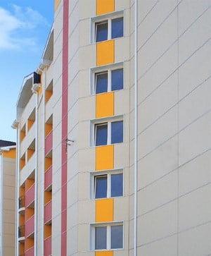 Дом, облицованный светло-серой плиткой