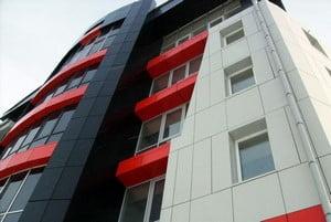 Дом, облицованный разноцветными панелями
