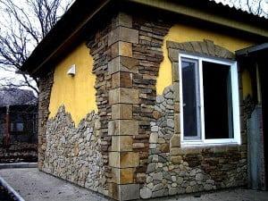 Дом, облицованный натуральным камнем
