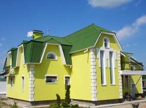 Желтый дом с зеленый крышей