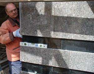 Измерение уровня при кладке гранита