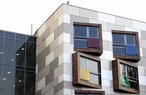 Необычный фасад дома, отделанный плиткой