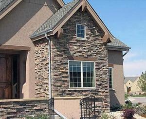 Дом, облицованный камнем и штукатуркой