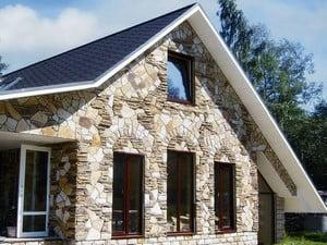 Красивый фасад, отделанный камнем