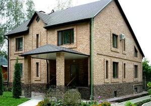 Дом, облицованный камнем