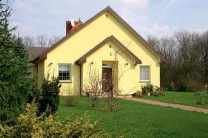 Дом, покрашенный желтой краской