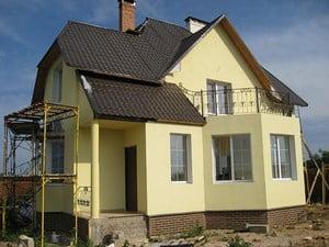 оштукатуренный дом желтого цвета