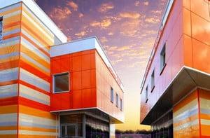 Здание из разноцветных плит