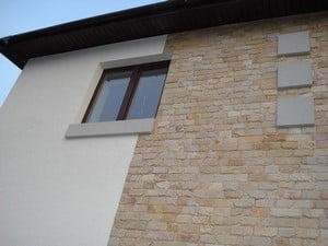 Использование штукатурки и камня для фасада
