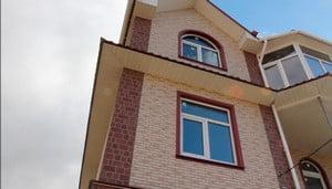 Дом облицован панелями под кирпич
