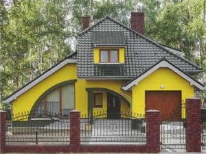 Дом, покрашенный ярко-желтой краской