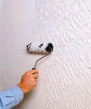 Стену красят валиком