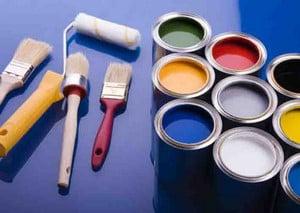 Кисти и краска для покраски стен