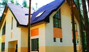 Дом, оштукатуренный разными цветами