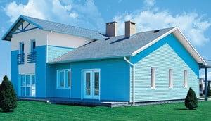Окрашенный фасад дома голубой краской