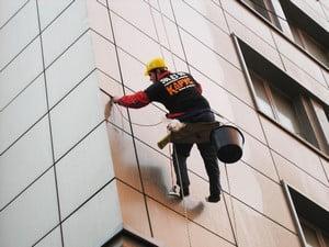 Альпинист моет фасад