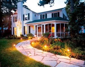 Архитектурная подсветка дорожки к дома