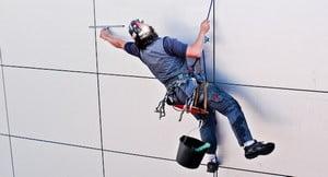 Альпинист висит на фасаде