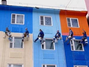 Разноцветный многоквартирный дом