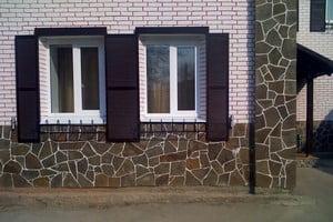 Несколько материалов в отделке фасада дома