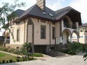 Дом с интересными элементами декора