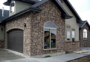 Использование плитки под камень для фасада