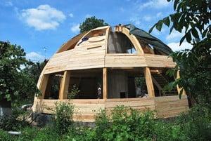 Гнутый деревянный фасад дома