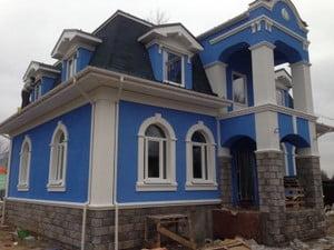 Дом синего цвета