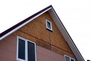 Отделанный фронтон дома