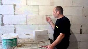 Мужчина у стены из газосиликата