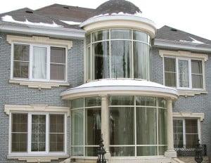 пример дома с остеклённым фасадом