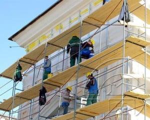 использование лесов при ремонте фасада