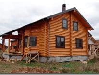 Деревянный фасад дома из сосны