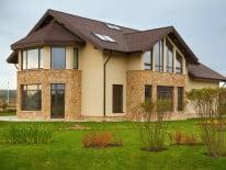 Фасад дома, отделанный камнем