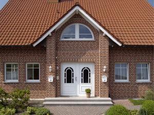 Фасад дома, отделанный кирпичом